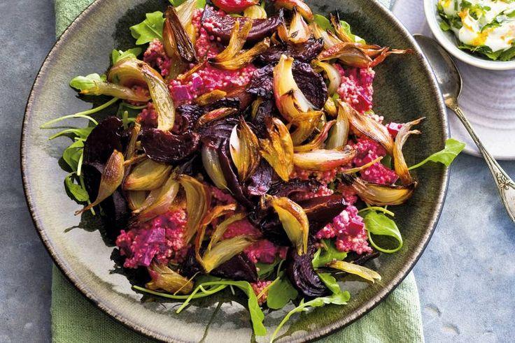 Mooi dieproze door de bietjes en frisgroen door de rucola. De quinoa maakt het lekker stevig - Recept - Allerhande