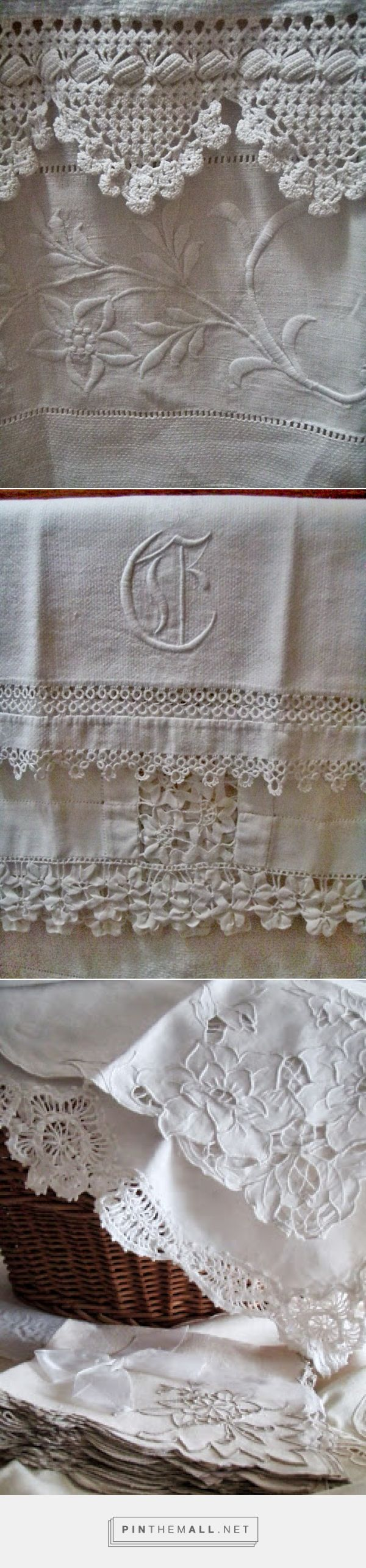 Vintage Bathroom Linens. Monogram, hemstitching and a sumptuous variety of lace in one towel holder: crochet, tatting, rick rack braid, whitework and Richelieu embroidery ༺✿ƬⱤღ  https://www.pinterest.com/teretegui/✿༻