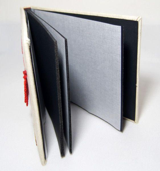 Album do wklejania zdjęć.  Album posiada 30 czarnych stron (15 kart) o wymiarach 24x18 cm, przełożonych białym pergaminem. Ręcznie oprawioną lnianym płótnem okładkę zdobi girlanda z szydełkowych,...