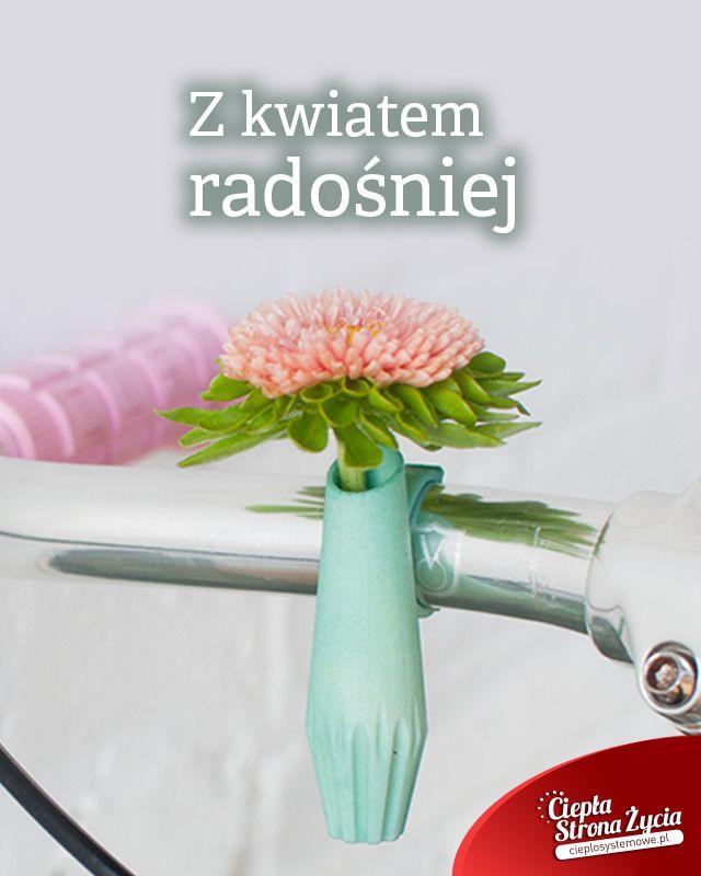 Mamy dla Was kilka wesołych inspiracji, które naturalnie upiększą Wasz dzień. Wszystkie Panie wiedzą, jak bardzo kwiaty mogą poprawić humor, a gdyby tak mieć je zawsze przy sobie? Zobaczcie designerskie gadżety, które pozwalają zabrać kwiaty ze sobą w podróż lub na spacer. Wybieracie się na przejażdżkę rowerową? Wypróbujcie mały przenośny wazonik, który upiększy Wasz pojazd. A może chcielibyście, by Wasza biżuteria stała się prawdziwym żywym organizmem? Wypróbujcie przypinki, pierścionki i…