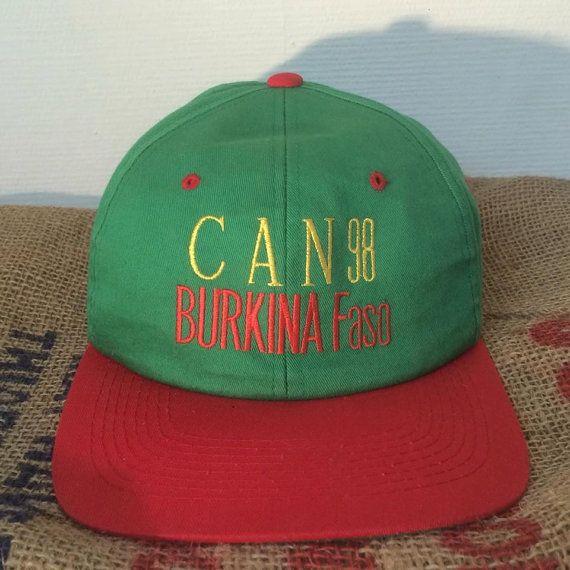 • Snapback super cool de la tasse africaine de Football (CAN) de 1998!  • One Size Fits All  • 6 panneaux / / ajustable au dos de la sangle  • Logo sur le devant se lit comme suit: «CAN 98 / / BURKINA-FASO» / / Logo sur le dos se lit comme suit: «RAZAD»  • Couleur: vert, rouge et jaune  • Parfait état, quasi neuf  • 100 % coton  • Fabriqué au Vietnam  ////////  • Nhésitez pas à me contacter pour plus de photos et&#x...