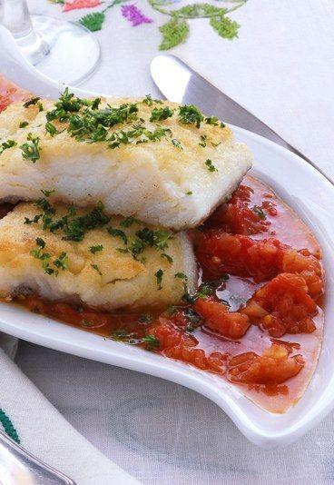 Pesce spada  - Dieta dukan, ricette - Ingredienti (per 4 persone) 4 tranci di pesce spada da 150g l'uno 2 spicchi di aglio 6-8 pomodori freschi maturi 4-5 acciughe fresche prezzemolo, origano, capperi 2 foglie...