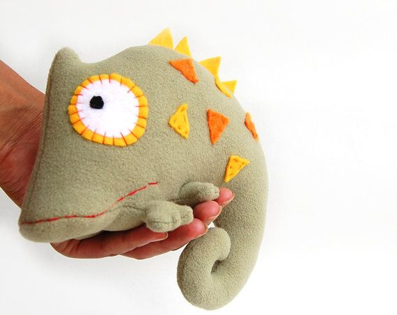 Chameleon ist eine handgefertigte Stofftiere. Das Chamäleon ist grün und dekoriert mit bunten Aufnäher aus Filz. Plüsch Chamäleon haben lustige Augen