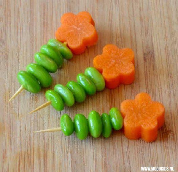 Dit is een fijne tip voor in je Dutch Bento lunchtrommel: bloemetjes van wortel en edamame-boontjes. Super makkelijk te maken met deze omschrijving.