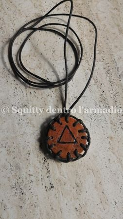 Ciondolo in legno con simbolo alchemico pirografato