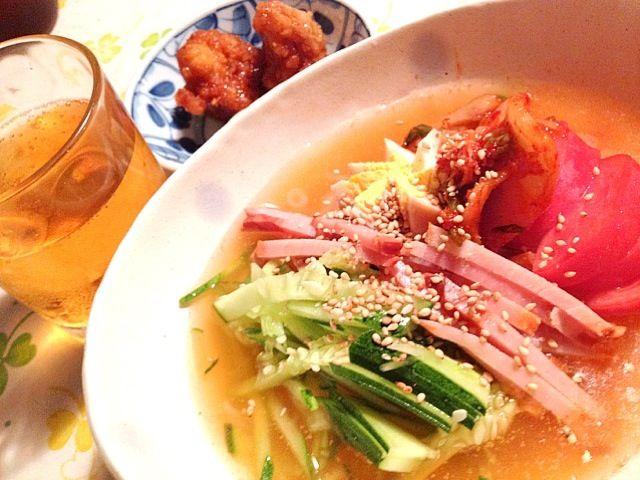 冷麺の代わりに糸コンニャクで、後はキュウリ、焼き豚、トマト、煮卵、キムチ、ゴマを乗せて冷たく冷やしたスープを注いで出来上がり - 7件のもぐもぐ - なんちゃって韓国冷麺 by lalanoir