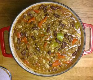 Chili Con Carne er ideel at lave i en stegeso, hvor den bare kan stå og simre. Jeg laver tit Chilie Con Carne her i huset, for vi er så pjattet med bønner. Den her udgave er Chili Con Carne er ret stærk. Den chilisovs jeg bruger er en, jeg har fundet i en af …