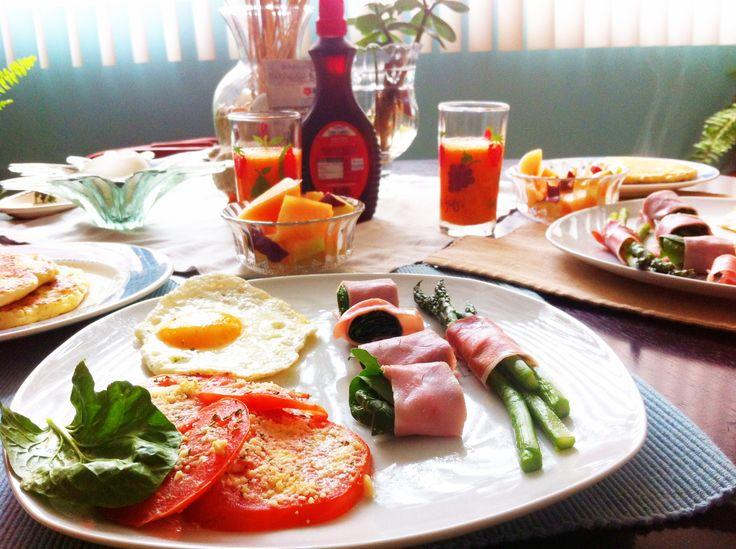 Huevo y espárragos y espinacas envueltas en jamón ... Y pancakes