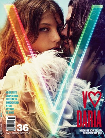 V magazine werkt altijd heel gaaf met hun logo. Hun covers zijn altijd anders en helemaal aangepast aan het thema van het nummer. bron: V magazine nr 36.