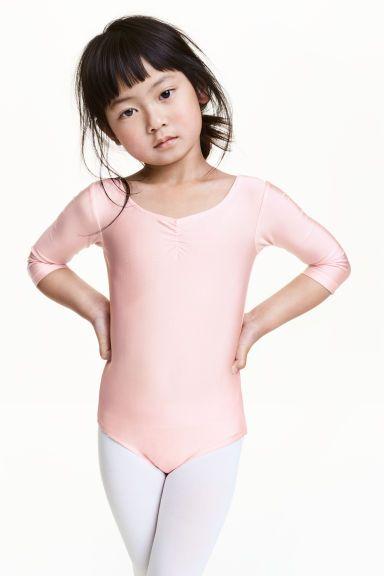 Costum de dans: Costum de dans din material funcțional strălucitor, cu uscare rapidă, cu încrețituri decorative în partea de sus, cu benzi încrucișate la spate, cu mâneci trei sferturi și cu dublură între picioare.