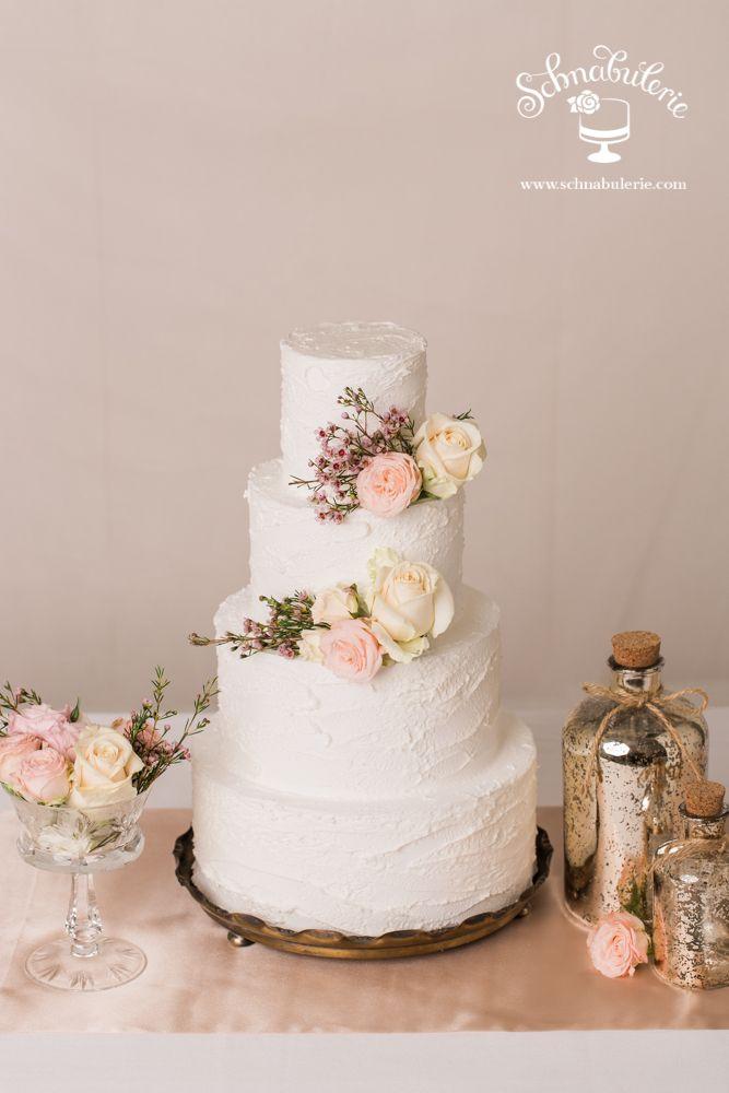 """**An Sylvia** """"Was ist Sylvia, saget an, dass sie die weite Flur preist?"""" Zart und schön beschreibt sie Shakespeare in seinem Sonett, so dass Sylvia für ein natürliches Modell einer Hochzeitstorte mit frischen Blumen Inspiration war. #Schnabulerie #weddingcake #wedding #Hochzeitstorte #weddingcake #seminakedcake"""