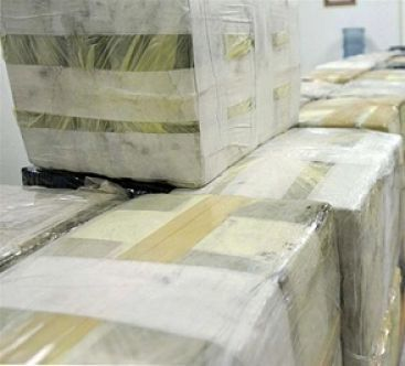 Arrestan a tres dominicanos con más de una tonelada de cocaína al sur de Puerto Rico La Guardia Costera de Estados Unidos decomisó en la costa sur de Puerto Rico un cargamento de 1.100 kilogramos de cocaína que en el mercado negro hubiera alcanzado un valor superior a los 32 millones de dólares.