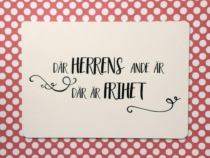 """""""Där herrens ande är där är frihet"""". 2 Kor 3:17. Tryck på vit blank plåt. A5 format. Kan även placeras utomhus."""