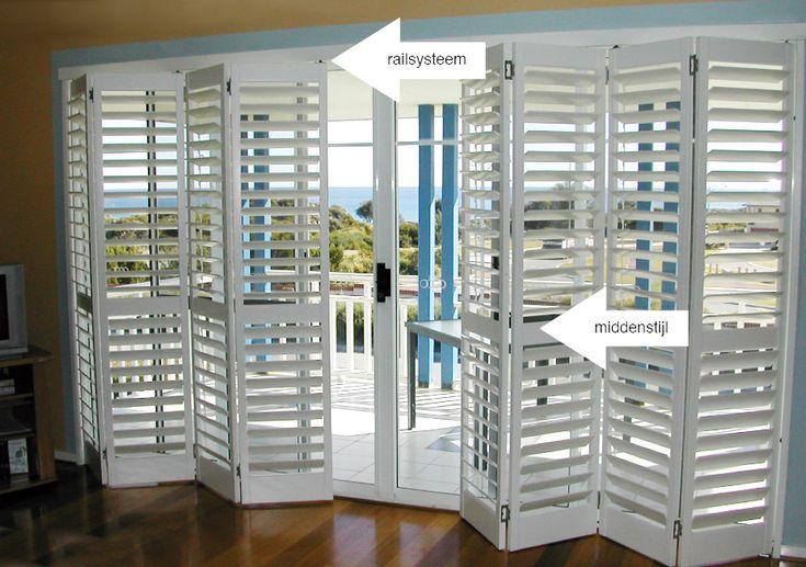 Rail Shutters: voor ramen die breder dan 3 meter zijn, worden over het algemeen shutters met een railsysteem geadviseerd. Bij kleinere ramen zitten de shutters in een frame met zijstijlen waaraan scharnieren bevestigd worden.
