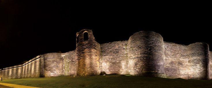 Contruida a finales del siglo II, la muralla de Lugo tenía como objetivo defender la ciudad romana de Lucus Augusti, fundada por Paulo Fabio Máximo en nombre del emperador Augusto en el año 13 antes de Cristo. La particularidad del monumento es que se ha conservado intacto y en su totalidad. La muralla de Lugo.