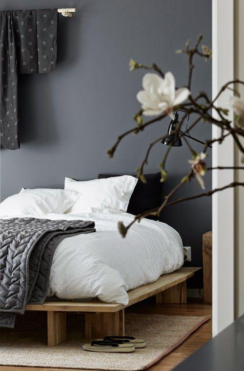 Här kommer några DIY tips från sovrummeti visningslägenheten för Kista Torn. Den dekorativa kimonon på väggen har vi hängt påIKEAs gardinstång Sannoliktoch sängen är snickarbyggdefter inspiration
