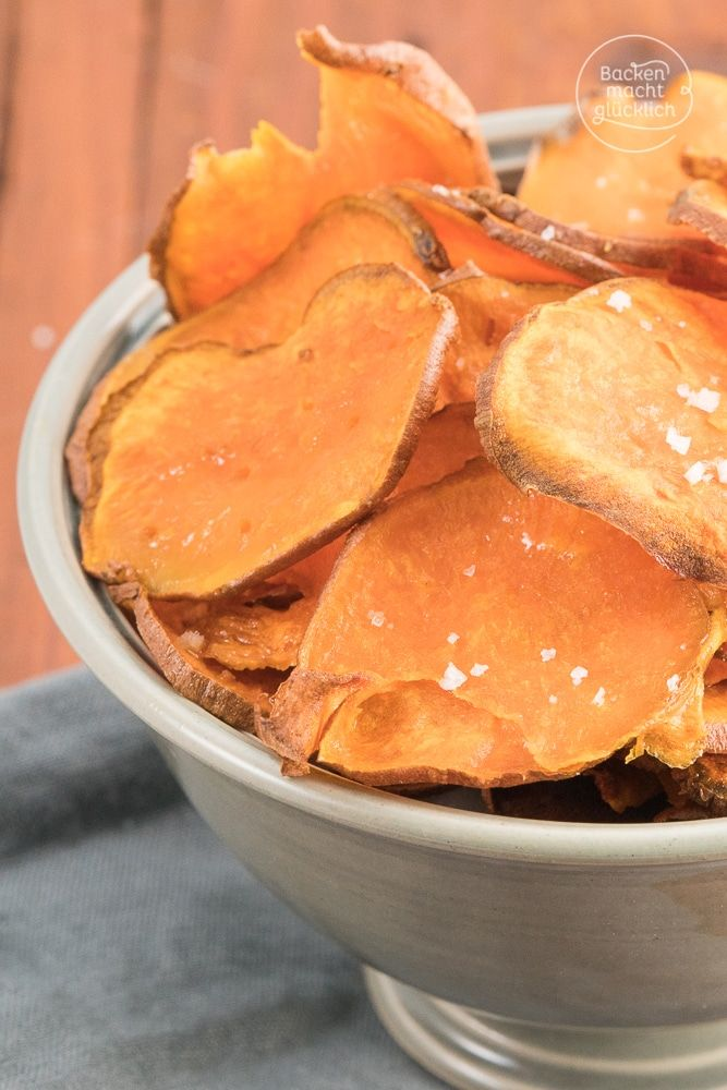 Süsskartoffelchips aus dem Backofen: Mit diesem Süßkartoffel-Chips-Rezept lassen sich gesunde Süßkartoffelchips ganz einfach selbermachen. Das Ergebnis: knusprig, fettarm, köstlich!