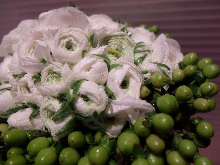 Bouquet de novia  | Ramo de novia sencillo con ranunculos blancos y frutos de hypericum para boda en Barcelona #lafloreria #bouquet #ramos #floresblancas #barcelona #novias  #bodas #weddings #bridalbouquet #bridals ♥ ♥ Preciosas Indígenas Joyas ♥ ♥ para descubrir nuestras creaciones visita la web: http://www.lafloreria.net/ ♥