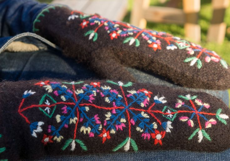 Needlebound / nalbound mittens made using Rauma vamse yarn and the Dalby stitch then fulled and embroidered using Fårö and Brage yarn and lastly crocheted edge with Fårö yarn, by Elin Jantze. Inspired by traditional needlebound Dalby mittens and embroidery. Posted [in Swedish] 2015-10-26 in her blog Med nål och tråd (With needle and thread). Please see original link for more info [in Swedish] and photos!