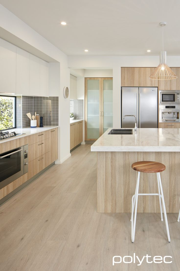 Doors and panels in RAVINE Natural Oak. Overhead cupboards in MELAMINE Classic White Matt. 2 épaisseurs de comptoir...