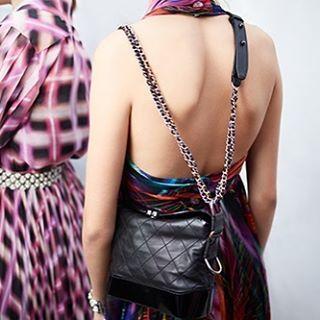 Chanel kembali melansir tas ikonis seri Chanel Gabrielle yang pertama kali dirilis pada tahun 1955 untuk musim spring/summer 2017. Meski mempertahankan model hobo bag inovasi hadir pada sentuhan futuristik yang terlihat pada perpaduan bahan kulit dan chain strap. Menggunakan material calfskin dan detail quilted khas Chanel yang klasik tas Chanel Gabrielle menjadi bukti lain akan kepiawaian rumah mode ini dalam mengadaptasi legacy secara kontemporer. #ELLEUpdates (Fashion Assistant…