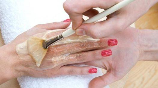 """Мазь """"Ухоженные ручки"""" - убирает морщины, пигментные пятна и трещины на руках.  Сначала растворяем в 1 л теплой воды 2 ст.л. соли и держим в этом растворе руки 10 минут... Для продолжения нажмите на картинку..."""