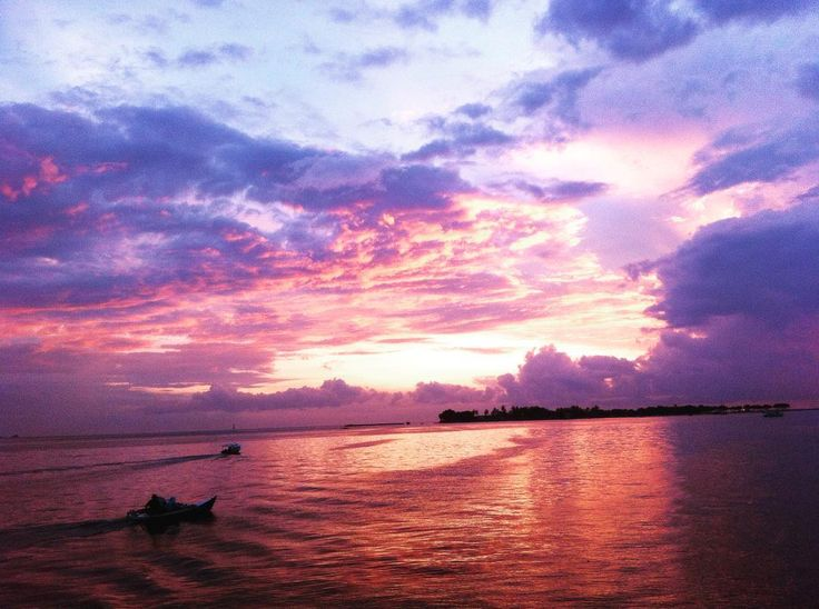 Keromantisan sunset yang menyapa para pengunjung dari Pulau Lae Lae akan sangat memberi kesan hangat begitu indahnya pulau kecil yang tersebar luas di Indonesia.[Photo by instagram.com/indrasetiawanam]