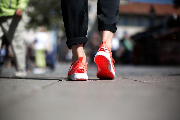 NIKE WMNS JUVENATE HOT LAVA/BRIGHT CRIMSON-WHITE available at www.tint-footwear.com/nike-wmns-zenji-800 nike wmns juvenate hot lava summer lightweight sneaker tint footwear studio munich münchen