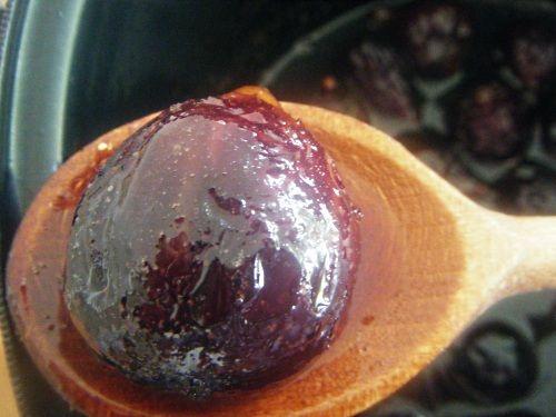 Figues confites : 20figues + 400g sucre canne/400g eau+1/2 gousse vanille+1 verr alcool Faire bouillir eau + sucre. Mettre les figues et laissez cuire pendant 3j 15 min. Egouttez et faire bouillir le jus avec alcool