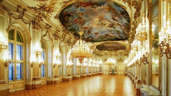 La Galleria Grande del Castello di Shönbrunn; Johann Bernhard Fischer von Erlach, Joseph Emanuelc Fischer von Erlach e Nicola Pacassi; dal 1696; Vienna, Austria.