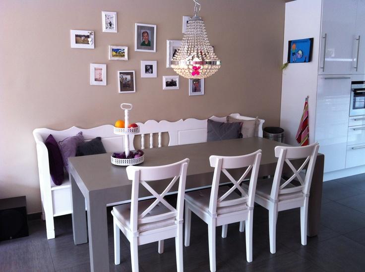 Gezellige eethoek voor het hele gezin. Klepbank demooistemeubelen.nl, houte stoelen van Ikea, eettafel geverfd met kleurmijninterieur.nl, lamp Ikea, fotolijsten Xenos
