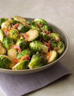Coles de Bruselas salteadas con tocino y cebolla | Recetas de Cocina faciles.