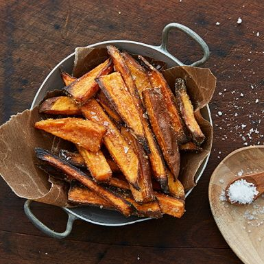 Pommes frites på sötpotatis är bara så gott! Men i stället för att fritera den läckert orangea sötpotatisen skär vi den i stavar och rostar i ugnen. Genom att först blanda sötpotatisstavarna med majsstärkelse blir de extra krispiga och goda. Godast nygjorda!