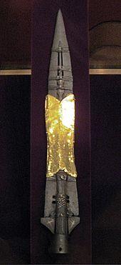 La lanza del destino es el nombre dado a la lanza que perforó el costado de Jesús mientras colgaba en la Cruz.