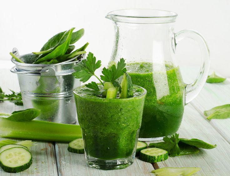 О том, почему зеленые овощи и фрукты стоит употреблять при детоксикации, как они влияют на организм человека и какие напитки можно приготовить на их основе.
