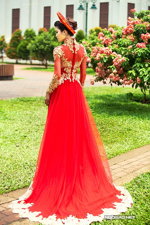 This dress minus the sleeves or tight sleeves. Possibly keyhole back tu-van-chon-ao-dai-cuoi-long-lay-dip-cuoi-nam-12