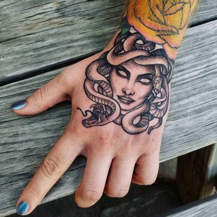 Mein neues Medusa – Tattoo von Chelsea beim Überblenden zu schwarzen Tattoos (Fort Worth
