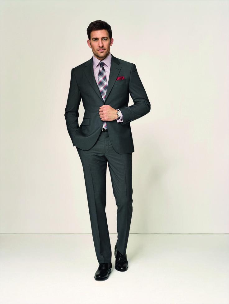 Der Allrounder  Ein anthrazitfarbener Anzug aus Schurwolle ist der richtige Alleskönner für alle, die es lieber dezent mögen. Kombinieren Sie dazu ein Hemd in klassischen Businessfarben wie Weiß, Hellblauoder Rosé.