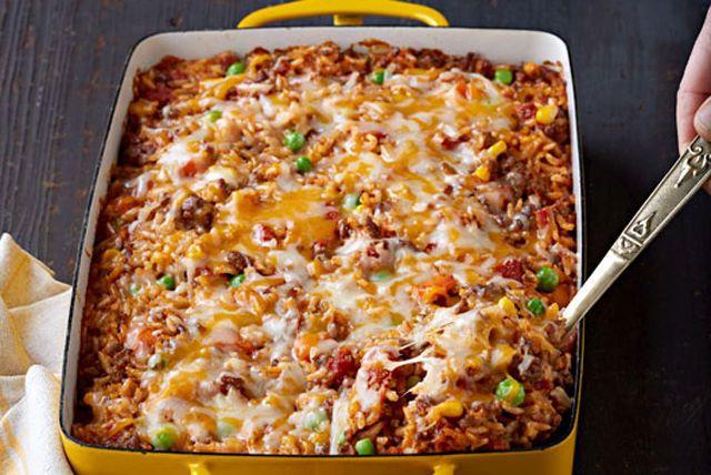 Voici comment transformer une livre de bœuf haché en un plat savoureux pour quatre personnes: un riz au bœuf rehaussé de fromage mexicain et d'assaisonnement à tacos!