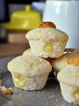 Lemon muffins with lemon curd