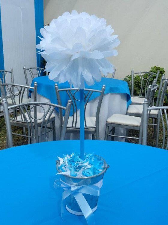 Topiario de pompom blanco decorado con celeste para for Decoracion de mesa para bautizo