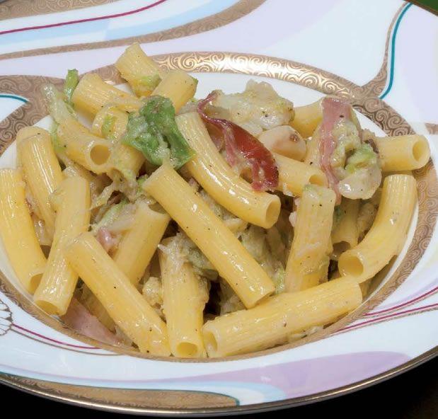 RICETTE PASTA - Pasta corta con verza, pancetta affumicata e scamorza