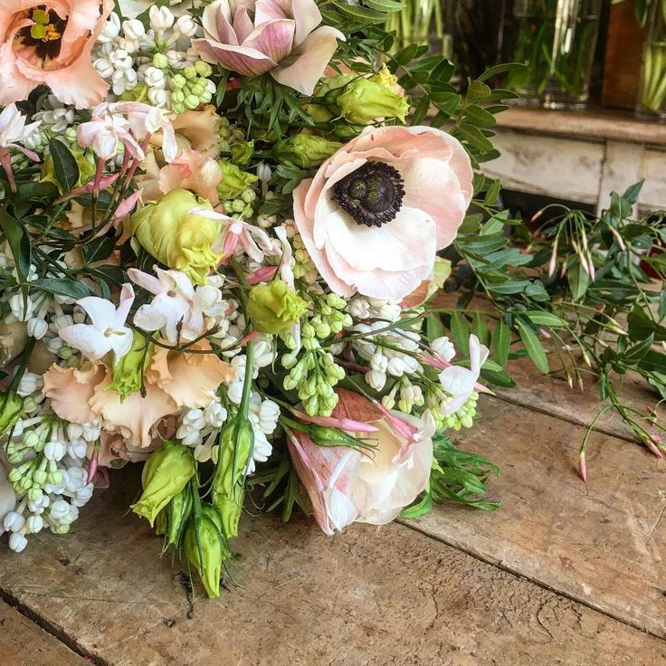 Ramo de novia para el desfile de @solealonso ayer.  In ❤️ con éste color de anémona... #ramosdenovia #weddingbouquet #luxuryflowersmadrid #weddingflowersspain #sallyhambleton #sallyswinter2016