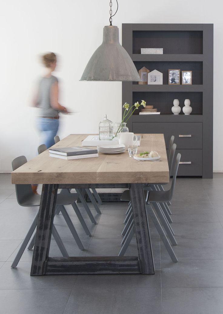Stoere tafel met stalen poten model SKY. Robuust 8cm eiken blad. Strakke boekenkast New Nature in histor 7000N op de achtergrond.