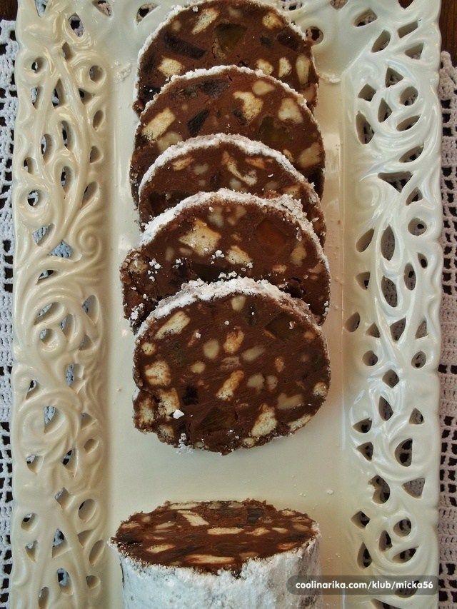 Túto sladkú roládu nám vyrábala už naša babička a já ju teraz vyrábam pre moju rodinu na Vianoce. Je skvelé, že je nepečená a môžete si do nej dať v podstate čokoľvek chcete. Výborné sú orechy, sušienky, ale tiež môžete pridať želé cukríky či kandizované ovocie :). Doba prípravy: 60 minút Ingrediencie Čokoládovázmes 150 g masla 100 g práškovéhocukru 1