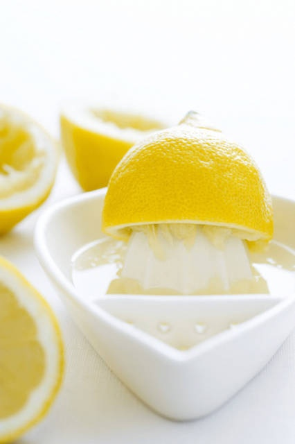 succo di limone: Il succo di limone è ottimo per smagliature e cicatrici, grazie al suo contenuto di vitamina C che aiuta la pelle a produrre collagene. Usatene in gran quantità sui punti critici!