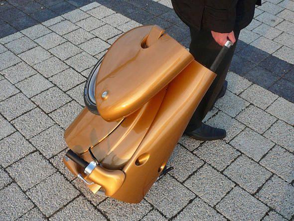 Prático demais, eu quero!!! Moveo é uma scooter elétrica e dobrável como uma pequena mala.