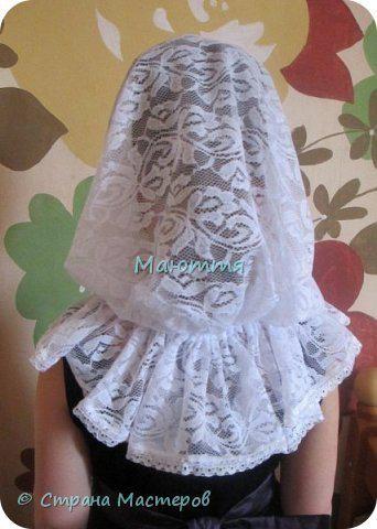 Чем хороши подобные платки? 1) они не спадают с головы даже при поклонах, 2) закрывают плечи, что немаловажно летом, когда хочется одеть сарафан, но из-за открытых плеч приходится от него отказываться 3) очень красивы и эффектны! Особенно на венчании невеста будет невероятно хороша в таком платке Шьется такой платок из гипюра, фистонного кружевного полотна, просто из шелка и обшивается соответствующим кружевом. Расход: при ширине гипюра 140-150см из 110-120см у вас выйдет 2 платка; кружево…