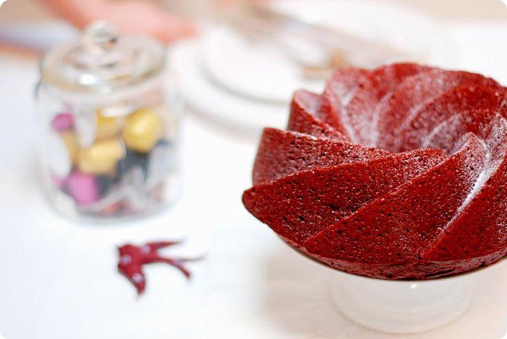 La Red Velvet o terciopelo rojo, es un bizcocho muy conocido en Estados Unidos y Canadá. Su textura es suave y es sobre todo llamativa por su color.