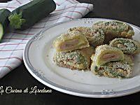 Dolcissime zucchine arrotolate e farcite a formare dei deliziosi Rotolini di zucchine al forno filanti di goloso formaggio e squisito prosciutto cotto